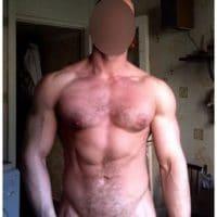 Un homme musclé se cherche un sexfriend passif
